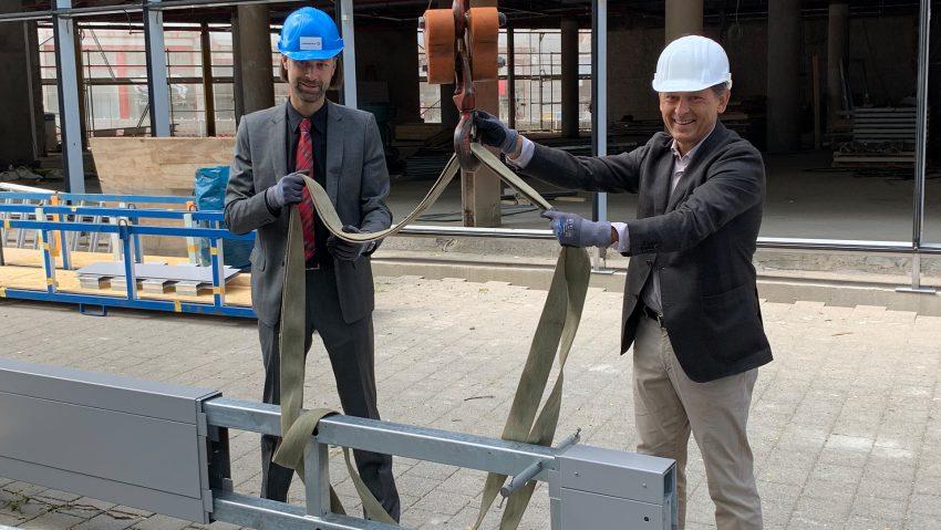 Neuer Stand bei Neuen Höfen im alten Karstadt-Gebäude am Robert-Brauner-Platz am 4. August 2020, (v.li.) Thomas Binsfeld von der Landmarken AG und Oberbürgermeister Dr. Frank Dudda mit einer Lamelle, die an die Außenfront kommt.