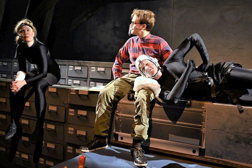 Begegnung auf dem Schul-Dachboden: Atréju (Thyra Uhde), Basti (Chris Carsten Rohmann) und der Glücksdrache Fuchur (Vincent Bermel).