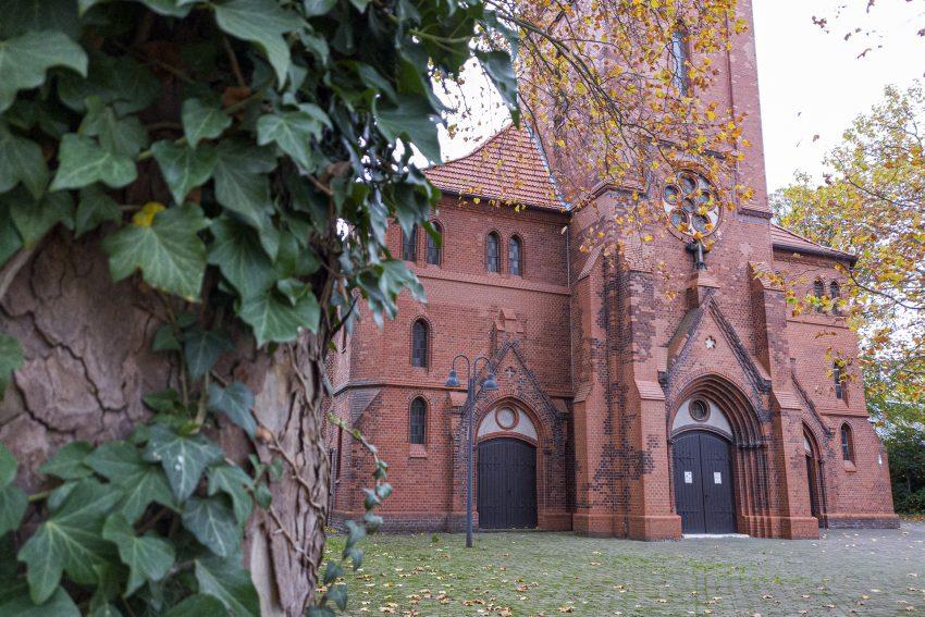 Die evangelische Matthäus-Kirche an der Bismarckstraße im Stadtteil Baukau in Herne (NW). Aufnahme vom Freitag (30.10.2020).