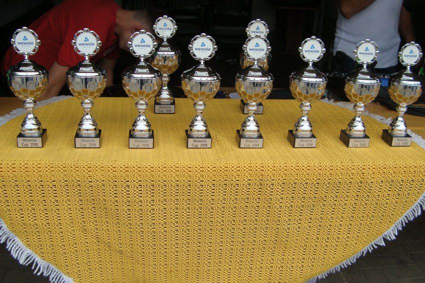 Zehn Teams spielen um diese wewole-Pokale.