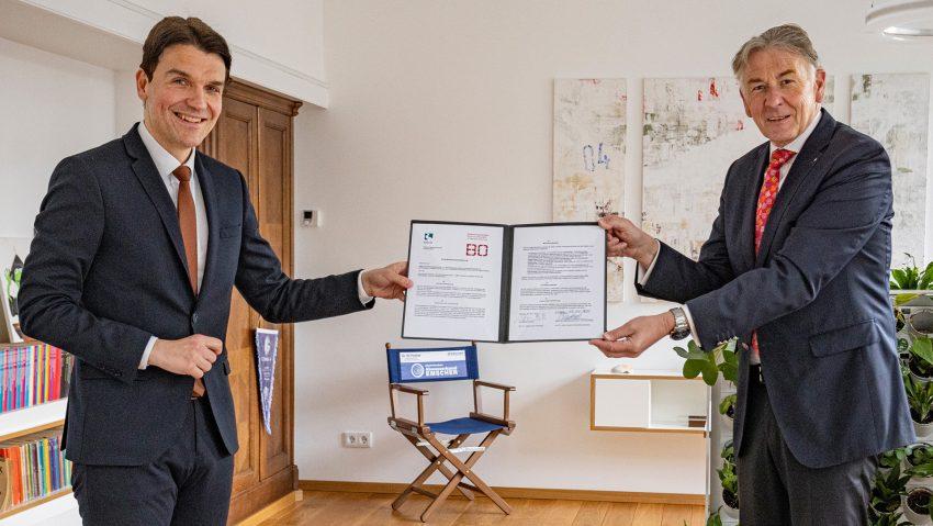 EGLV, Prof. Dr. Uli Paetzel und Hochschulpräsident Prof. Dr. Jürgen Bock haben einen Kooperationsvertrag unterzeichnet.