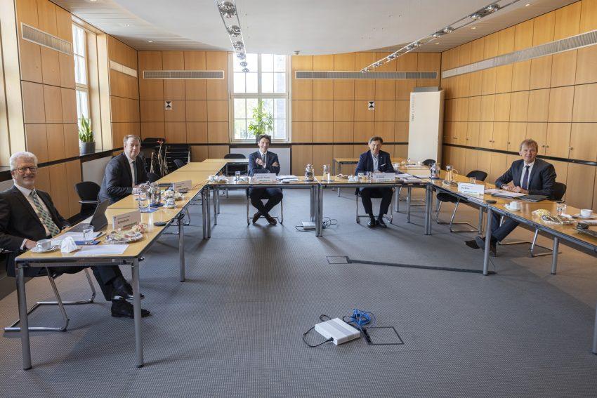 Raimund Echterhoff (Vorstand Personal und Nachhaltigkeit), Michael Kalthoff (Vorstand Finanzen RAG AG und stellv. Ratsvorsitzender), Prof. Dr. Uli Paetzel (Vorstandsvorsitzender), Dr. Frank Dudda (Ratsvorsitzender und Oberbürgermeister von Herne) und Dr. Emanuel Grün (Vorstand Wassermanagement und Technik) in Präsenz anwesend. Die anderen Mitglieder wurden digital dazu geschaltet. 3.5.2021