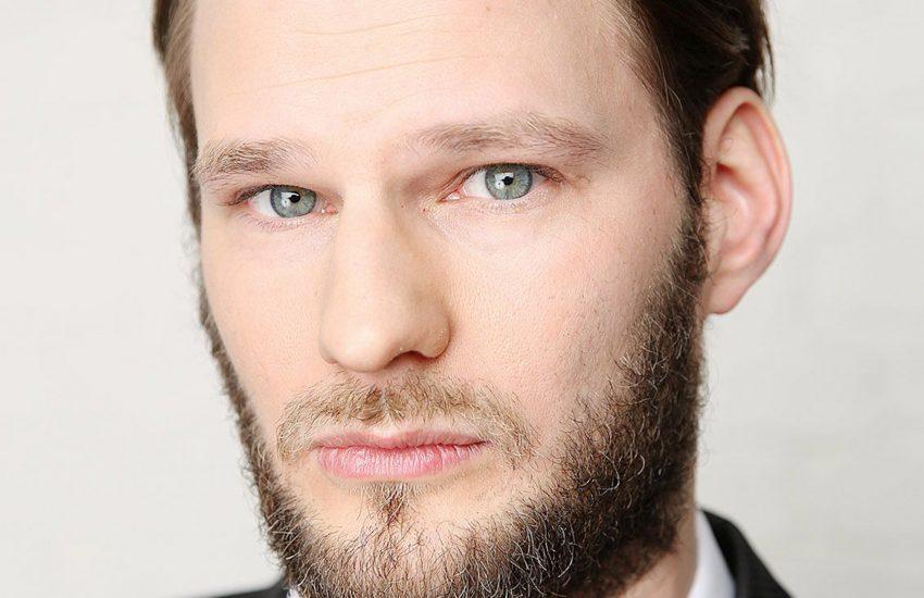 Sebastian Maier, in dessen Studio die Aufnahme gemacht wurde, hat die Musik beigesteuert.