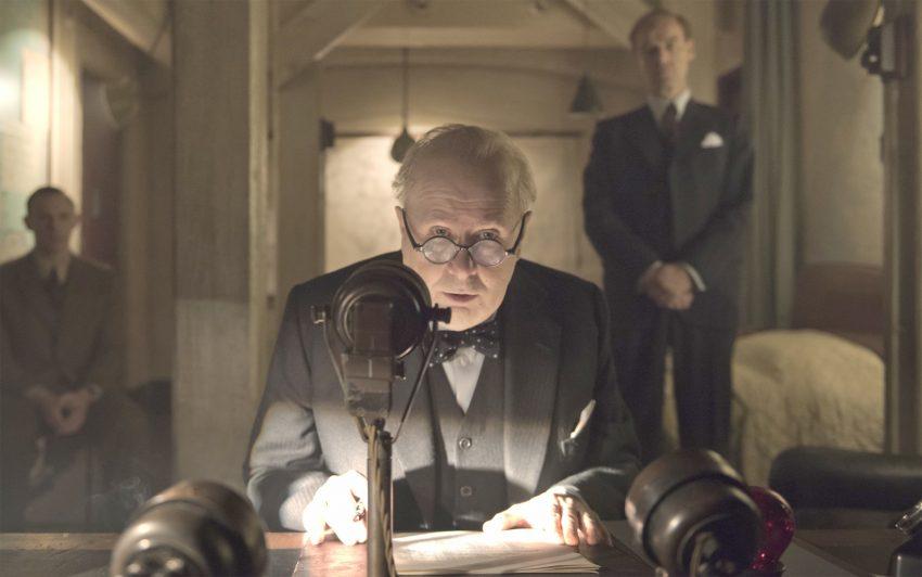 In Die dunkelste Stunde brilliert Gary Oldman als britischer Premierministers Winston Churchill, der Großbritannien durch die dunkelste Stunde, den Zweiten Weltkrieg, führt.