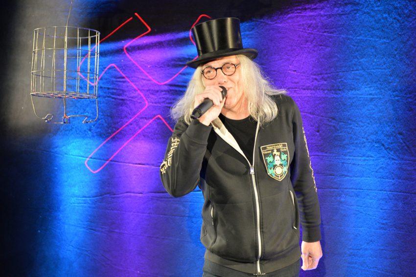 Graf Hotte singt das Steigerlied in der Halle der Veranstaltungstechnik MMT in Holsterhausen.
