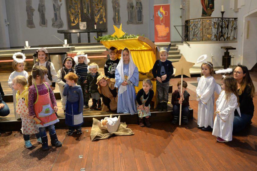 Kindergartenkinder beim Krippenspiel in der Kirche St. Franziskus.