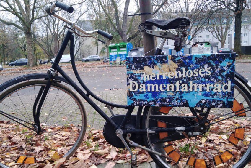 Herrenlose Damenfahrräder finden sich im gesamten Stadtgebiet.