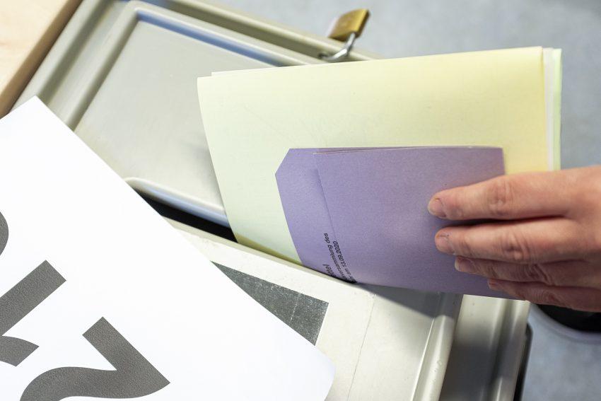 Kommunalwahlen mit Oberbürgermeisterwahl in Herne (NW), am Sonntag (13.09.2020). Im Bild: Stimmabgabe in einem Wahllokal.