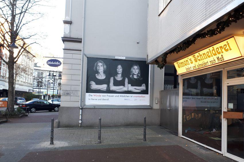 Plakat-Aktion: Die Würde von Frauen und Mädchen ist unantastbar.