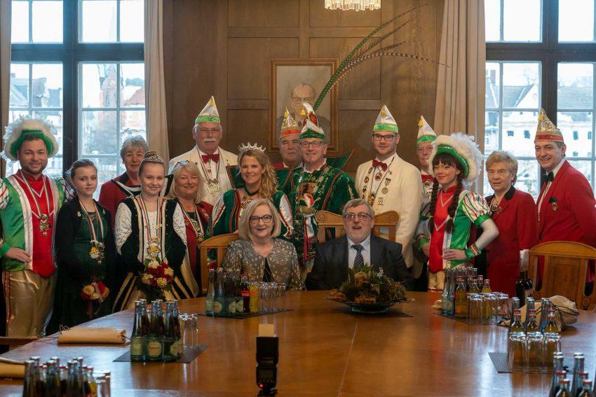 Das Karnevals-Prinzenpaar Andreas I. und Jennifer I. samt Gefolgschaft im Herner Rathaus. in der Mitte die beiden Bürgermeister: Andrea Oehler und Erich Leichner.