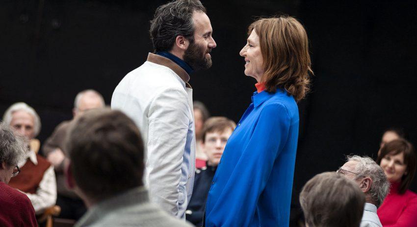 Guy Clemens und Elsie de Brauw spielen mitten im Publikum auf der Bühne der Bochumer Kammerspiele.