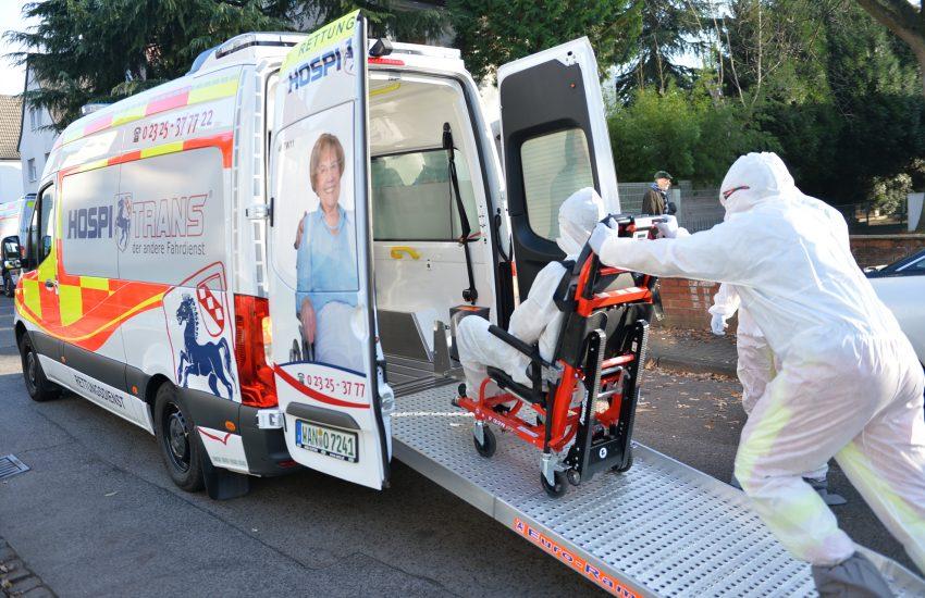 Transport eines 'fiktiven coronainfizierten' Patienten durch die Firma Hospitrans.