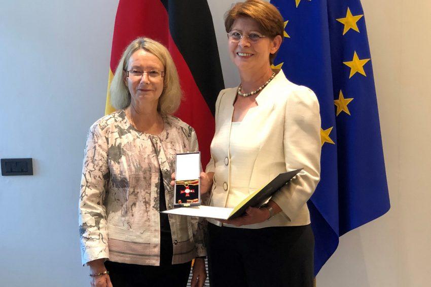 Vizepräsidentin des Europäischen Parlaments, Evelyne Gebhardt (SPD) und Dr. Renate Sommer (CDU) mit dem Verdienstorden der Bundesrepublik Deutschland am Bande
