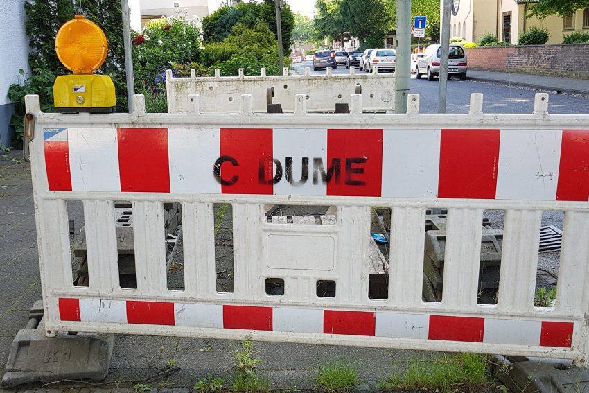 Straßenabsperrungen dürfen von den Anwohnern nicht entfernt werden.