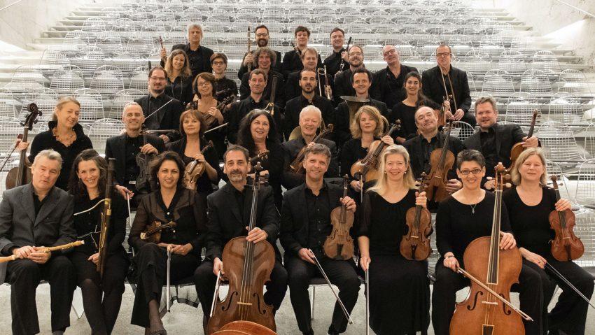 Das neue Orchester tritt im Kulturzentrum auf, Titel