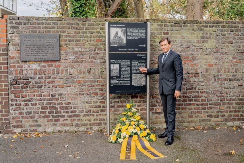 Gedenken an die Reichspogromnacht vom 9. / 10. November 1938: OB Dr. Dudda nach der Kranzniederlegung.