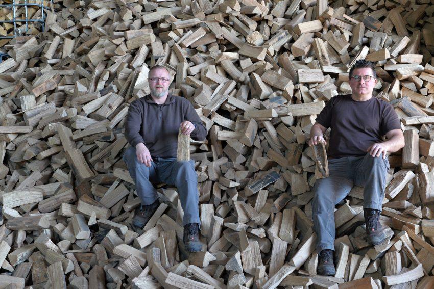 Holzhandel Eichhorn an der Werder Straße liefert seit 15 Jahren luft- und kammergetrocknetes Qualitätsholz. v.l. Mitarbeiter Tobias Hahn mit Chef Dirk Eichhorn.