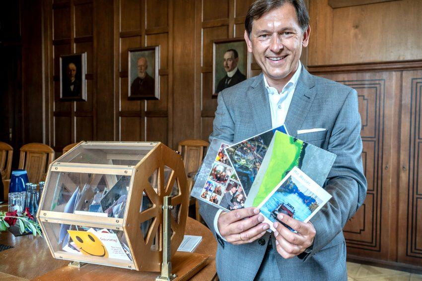 OB Dr. Frank Dudda mit einigen Crange-Gewinner-Karten.