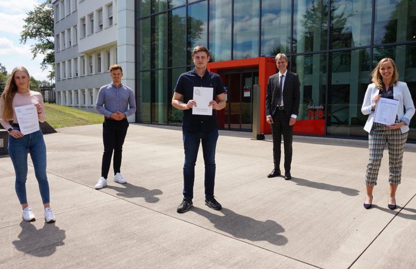 Erfolgreich bei den Stadtwerken: v.l. Alina Reuber, Georg Bohmke (Ausbildungsleiter), Alexander Warnke, Ulrich Koch (Vorstand) und Carina Heckmann.