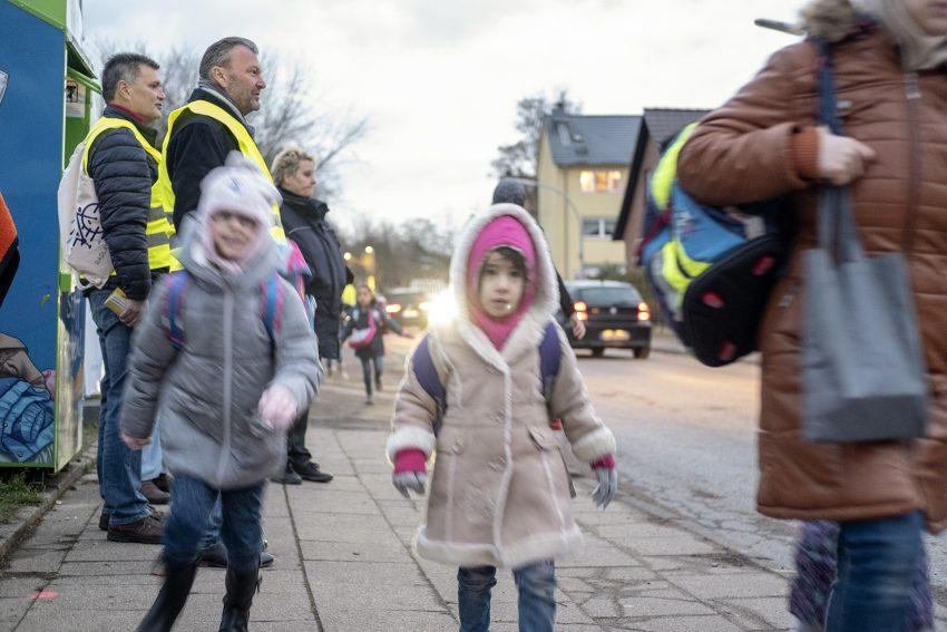 Selbstständig und sicher zur Schule: frühmorgendliche Kontrollaktion an der Grundschule Jürgenshof an der Langforthstraße in Herne (NW), am Freitag (30.11.2018). Im Bild: Stadträtin Gudrun Thierhoff.