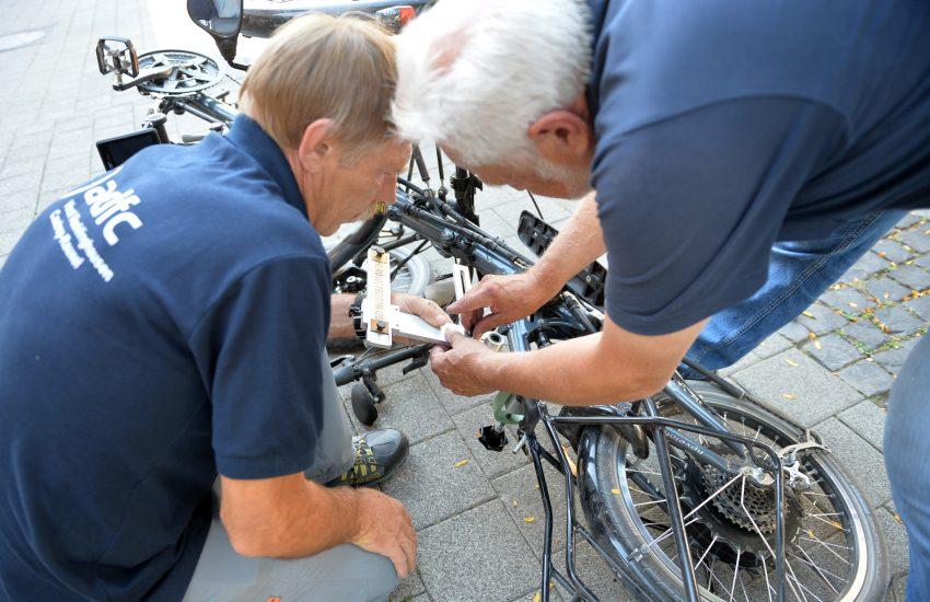 Fahrrad-Codier-Aktion des ADFC auf der Bahnhofstraße. im Bild: v.l. Klaus Steinhaus und Frank Ottmüller.