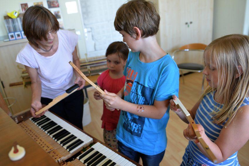 Sigrid Eul beim Klavierpuzzle mit Emily, Micha und Greta.
