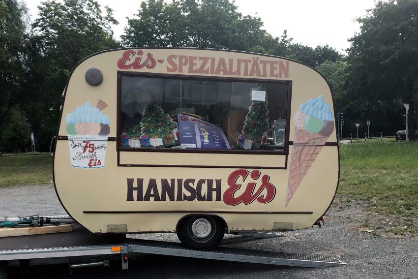 Der alte Hanisch Eiswagen wird verladen.