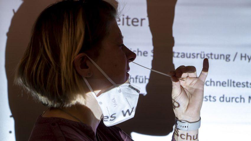 Schulung für Corona-Selbsttests in der Kita Unser Fritz, im Bild Dr. Gesche Krause.