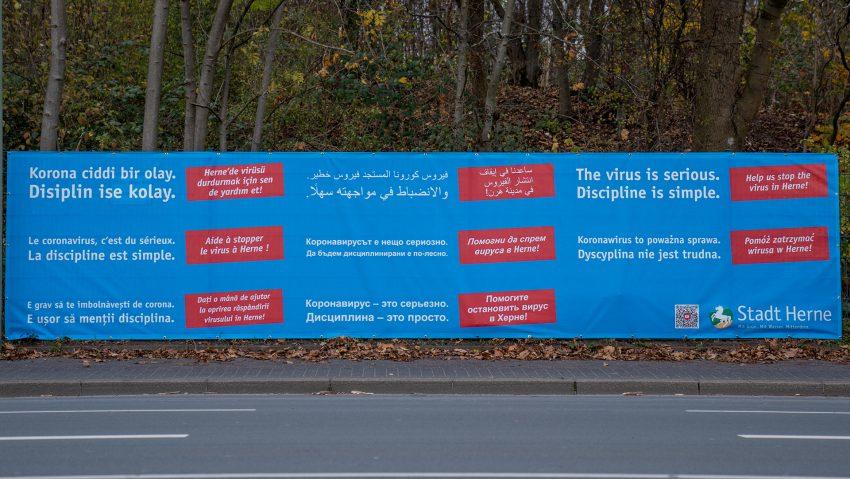 Banner und Plakate der Stadt und des Stadtmarketing, um mehr vor Corona zu warnen.