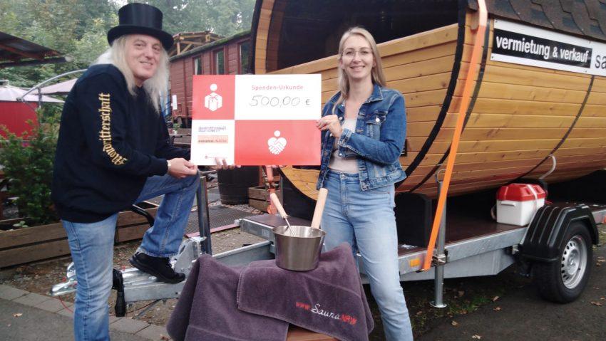 Spende in Höhe von 500 Euro von Sauna.nrw, hier mit Nina Möllmann, an Horst Schröder von den Mondrittern.