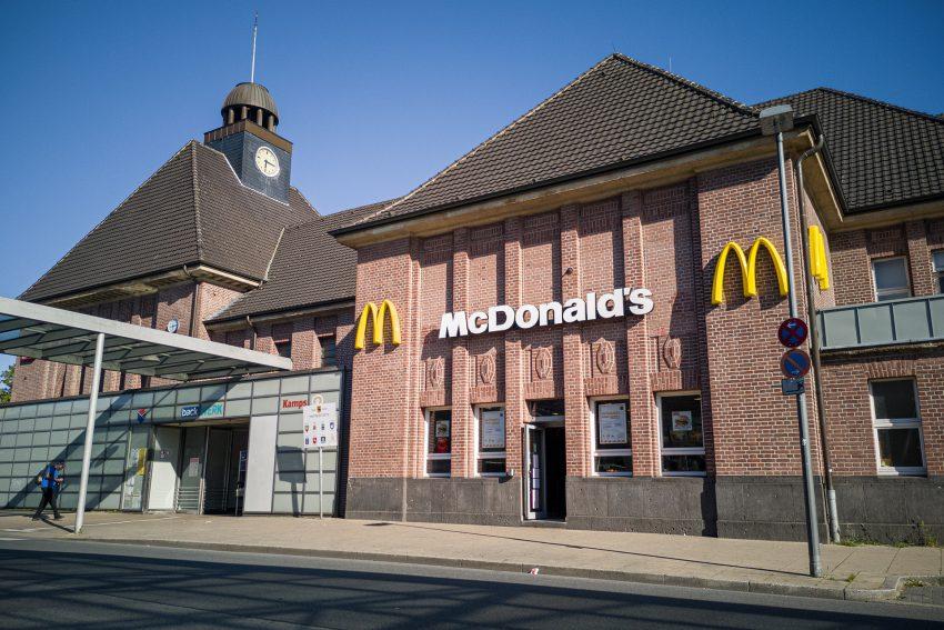 Der Bahnhof in Herne (NW), am Donnerstag (28.05.2020). Im Empfangsgebäude befindet sich ein Mc Donald's Schnellrestaurant.