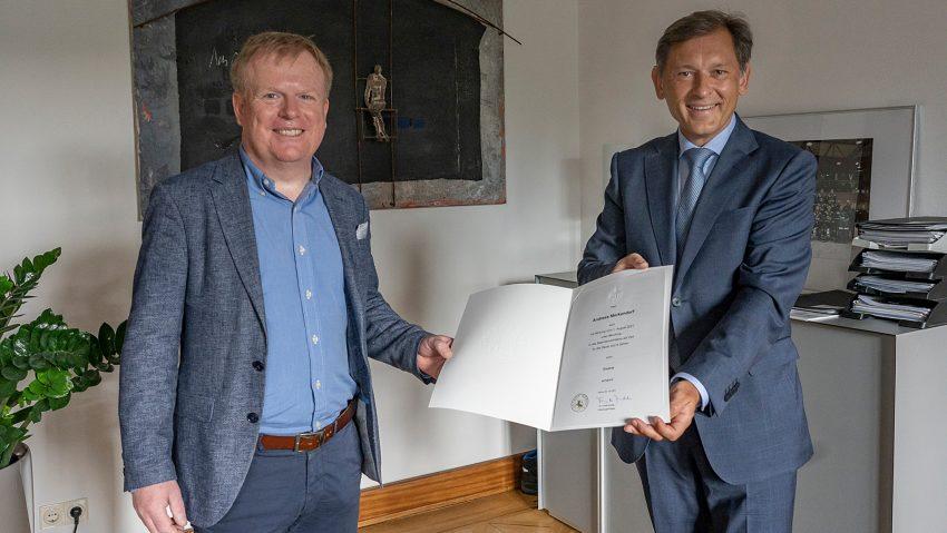Der neue Beigeordnete Andreas Merkendorf (li.) erhielt seine Urkunde von OB Dr. Frank Dudda.