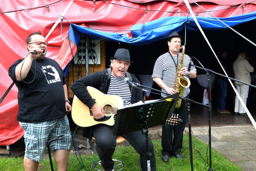 Die Circus-Band spielt Gute-Laune-Lieder.