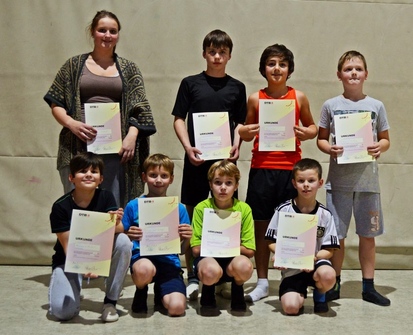 Turn-Gruppe der Jungen des BTC mit Helferin Jacqueline Marquardt