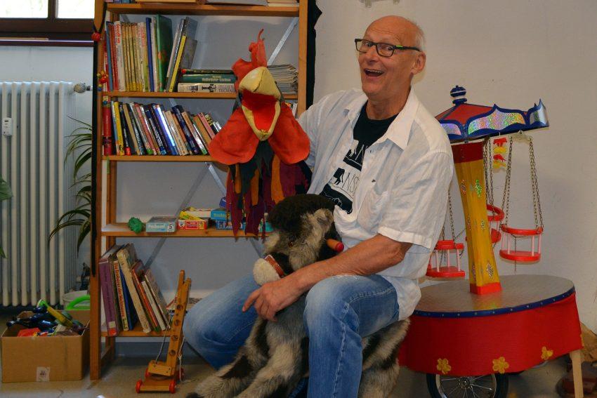 Spiritus Rector Bernd Staklies in der Kinderspielecke.