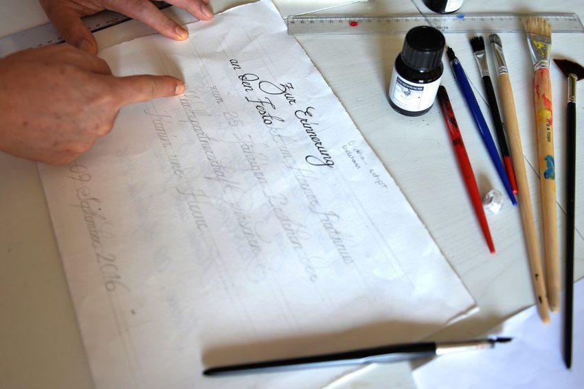 Der Kalligraph der Stadt Herne bei der Arbeit