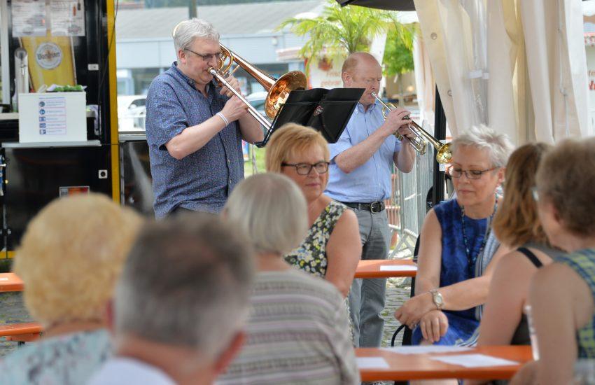 Der August Start in den Sonntag auf dem Cranger Kirmes Platz. Crange zwischen Himmel und Rummel: im Bild die Musiker Posaune Jens Klöckener, und an der Trompete Alois Baumhoer.