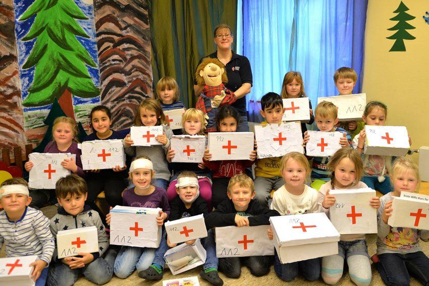 Erste-Hilfe-Kursus für Kinder im Familienzentrum Dreifaltigkeit.