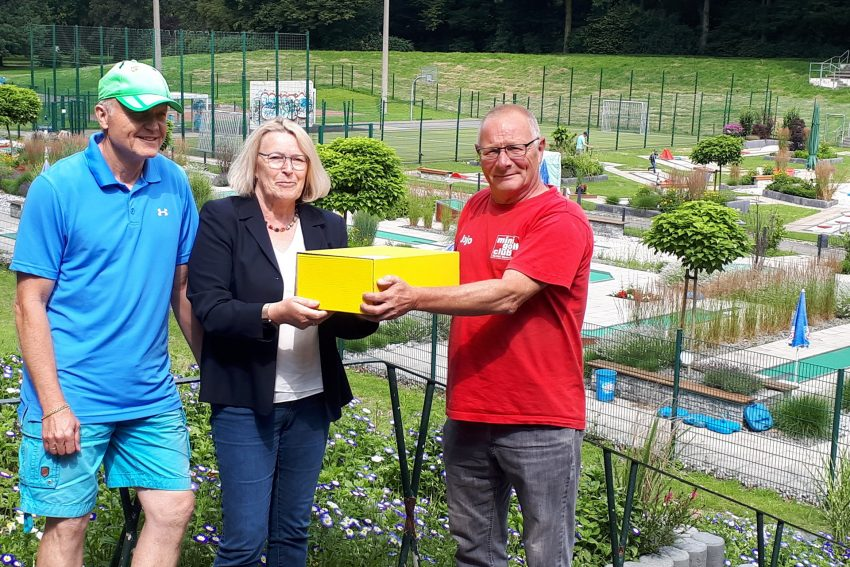 Vizepräsidentin Mitarbeiter-Entwicklung und Gleichstellung des Landessportbundes NRW Mona Küppers überreicht MGC Sportwart Joachim Garden ein Präsentpaket.