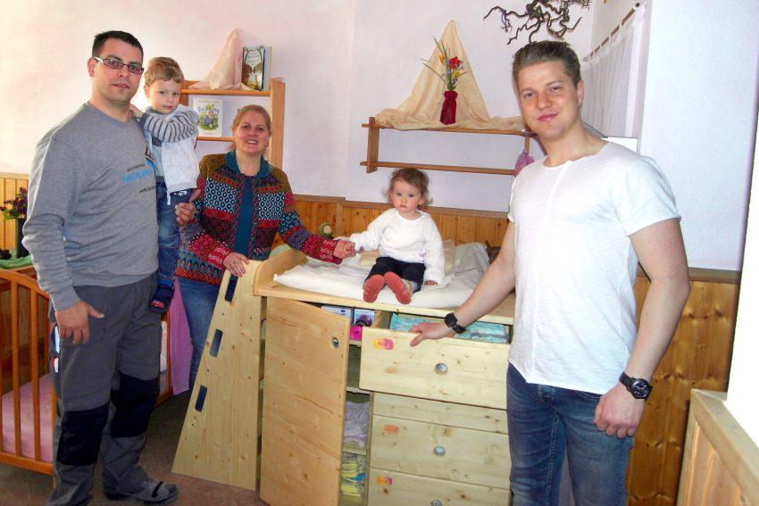 v.l. Björn Fritz mit Sohn Dominik, Martina Tyzak-Kubiak (Leiterin Waldorfkinderhaus), U3-Kind Mila aus der Sternengruppe und Nils Johannes Kubiak.