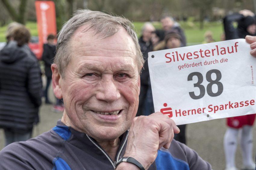 Der 40. Silvesterlauf im Revierpark Gysenberg in Herne (NW), am Sonntag (31.12.17). Das traditionsreiche Laufevent mit mehr als eintausend Meldungen wird vom Leichtathletik Club Westfalia Herne veranstaltet. Im Bild: Hans Basinki.