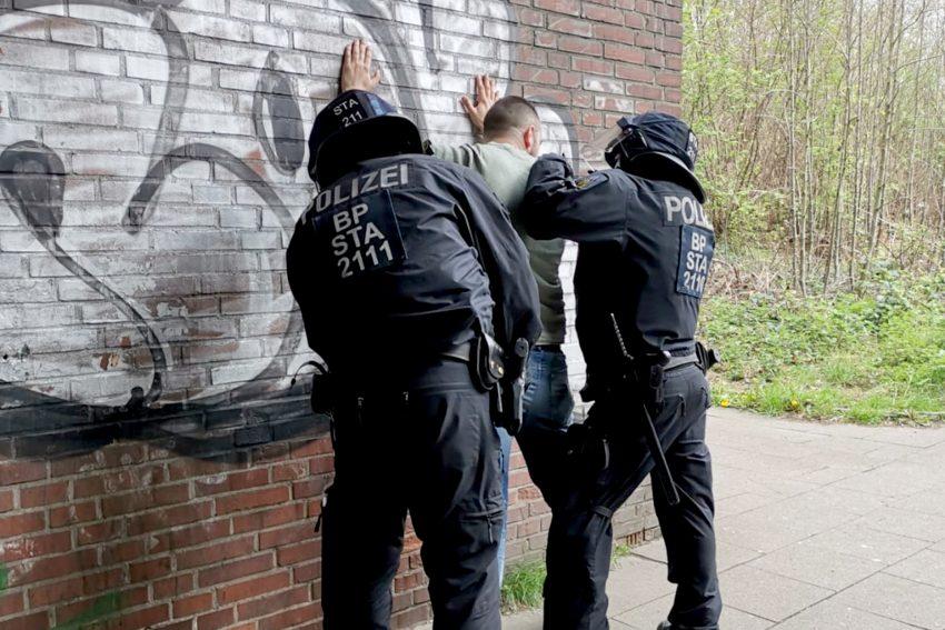 Bundespolizisten durchsuchen, anlässlich der Bundesligabegegnung Schalke gegen Frankfurt (Samstag, 06. April), einen Risikofan und nehmen ihn anschließend in Gewahrsam. Foto: Bundespolizei