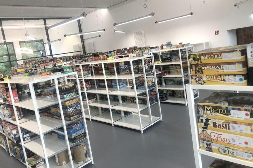 Das neue Spielezentrum im H2Ö - die ersten Regale füllen sich.