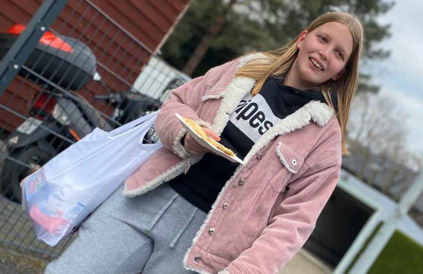 Nina Feldnick, eine Jugendliche des Falkentreffs bekommt Waffeln nach Hause geliefert.