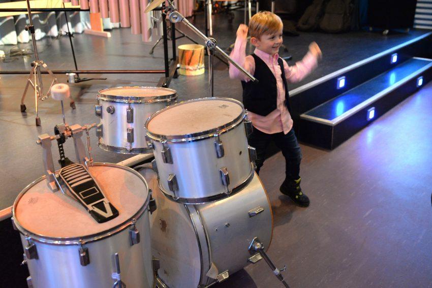 Lucien (4) hat das Schlagzeug ersteigert