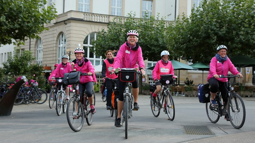 Brustkrebs-Awareness-Kampagne Schleifenroute mit den Fahrern von Pink Ribbon