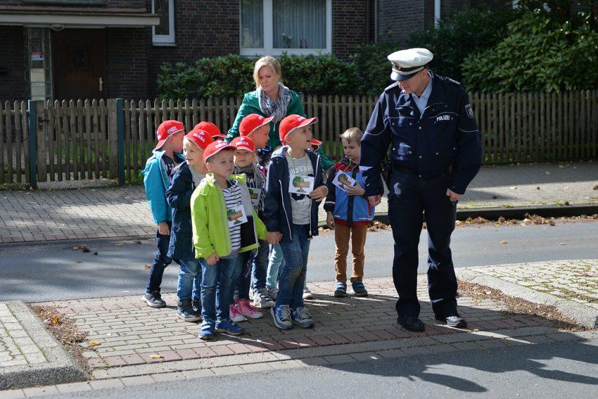 Schulwegsbegehung mit der Klasse 1c und den Bezirksbeamten der Polizei.