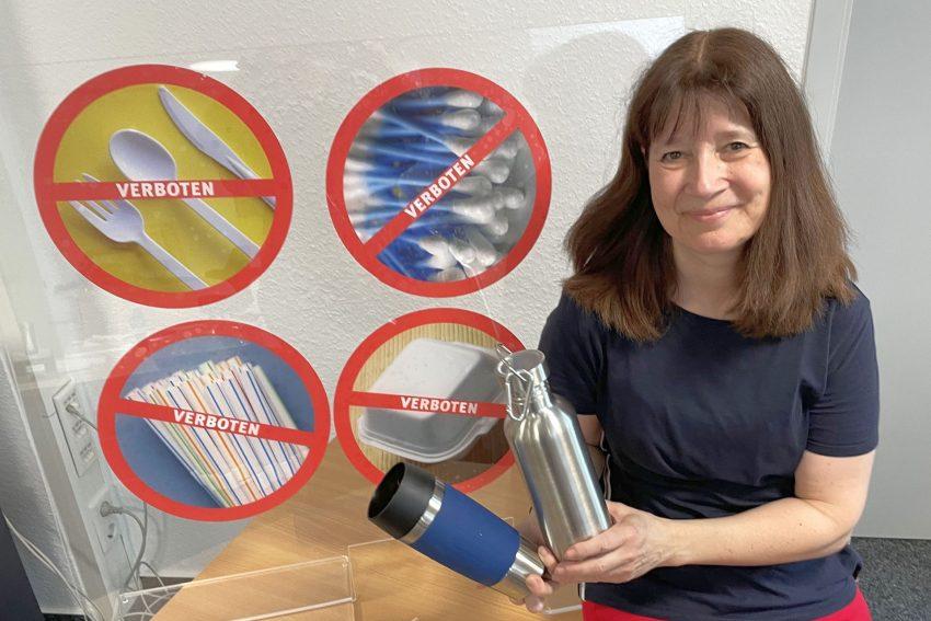 Umweltberaterin Silke Gerstler mit zwei Plastik-Alternativen.