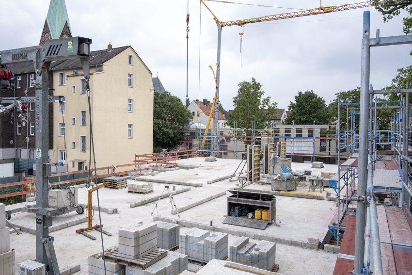 Baufortschritt für das neue Berta-Schulz-Quartier an der Karlstraße in Herne (NW), am Freitag (16.07.2021). Auf dem rund 10.000 Quadratmeter großen Gelände der früheren Josefschule und der Jugendverkehrsschule in Wanne entstehenen in zwei Bauabschnitten ein voll stationäres Pflegeheim mit 80 Betten, ein fünfzügige Kindertagesstätte, eine Tagespflegeeinrichtung sowie 20 Servicewohnungen. Eigentümer und Investoren sind Helmut und Monika Skiba, Betreiber der Einrichtungen sind der Awo-Bezirk Westliches Westfalen für das Seniorenheim sowie der Awo-Unterbezirk Bochum/Herne für die Kita und die Tagespflegeeinrichtung.