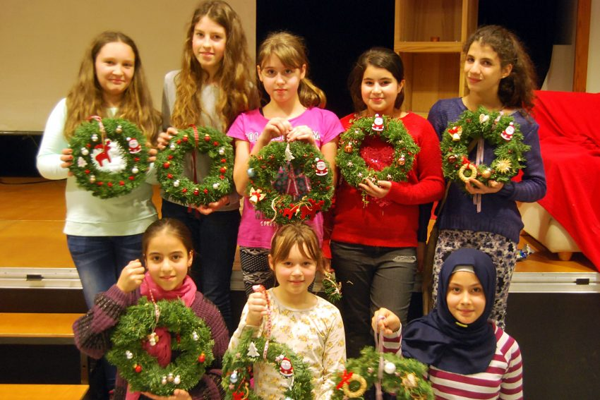 Die Mädchen präsentieren ihren Türschmuck